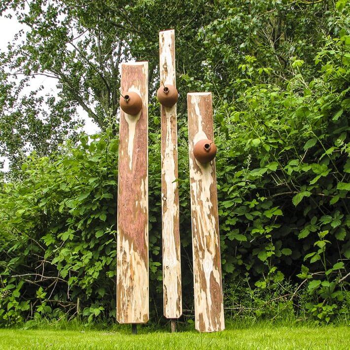 Tonnistkasten auf Lärchenholzschwarte mit Eisenfuß