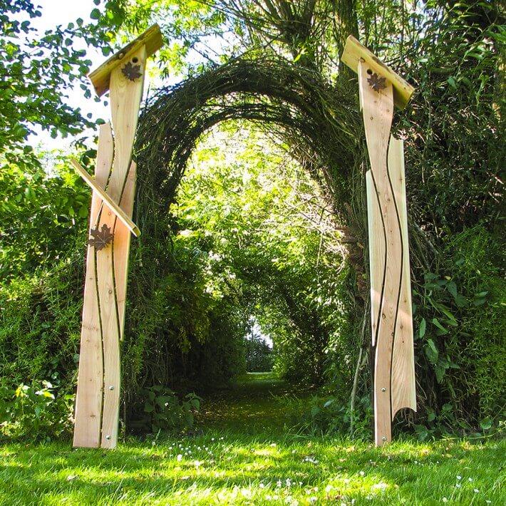 Dekorativ und spielerisch können sie in einen anderen Gartenraum einladen
