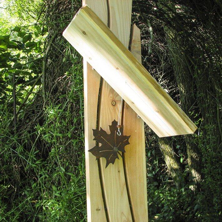 Mit Futterstation (Ahornblatt als Vogelsitz) ein attraktiver Blickfang für Sie...