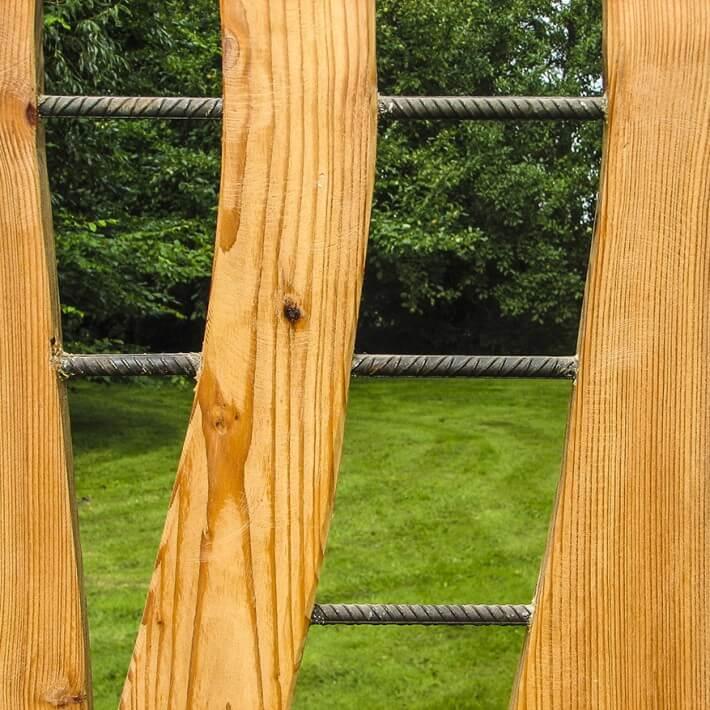 Rostiges Eisen und Lärchenholz