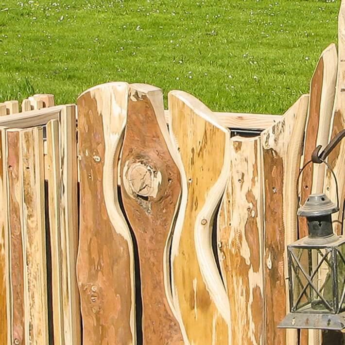 Schwartiges Lärchenholz lässt den Kunstoff verschwinden
