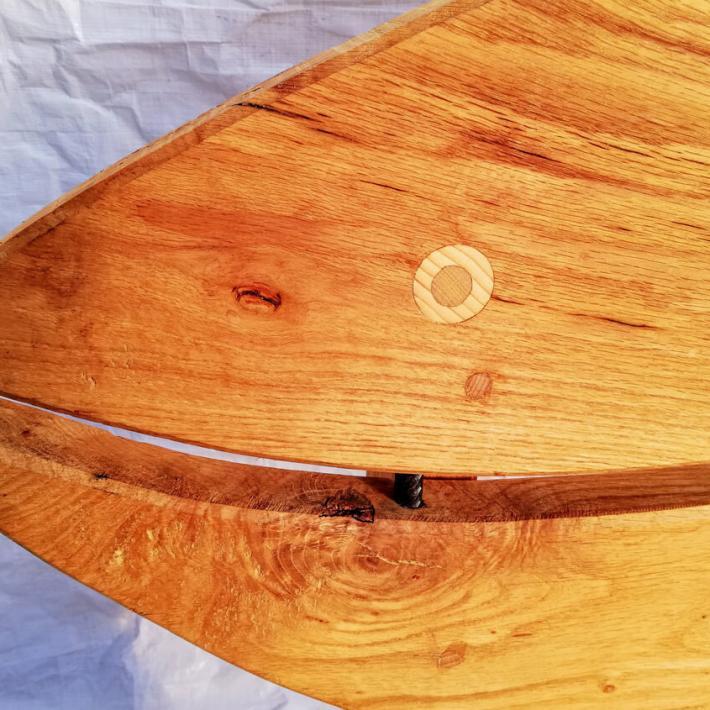 Mit rostigen Eisenbolzen verbundenes Massivholz