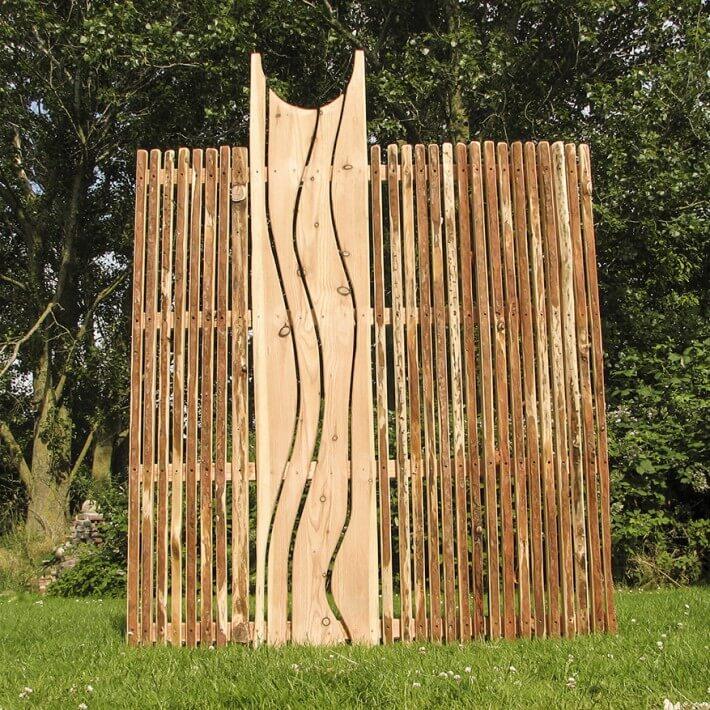 Schwungvoll mäanderndes Lärchenholz